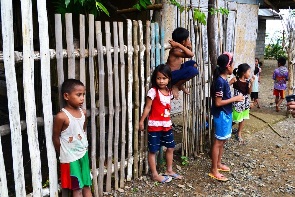 Palawan spielende Kinder auf der Straße Philippinen