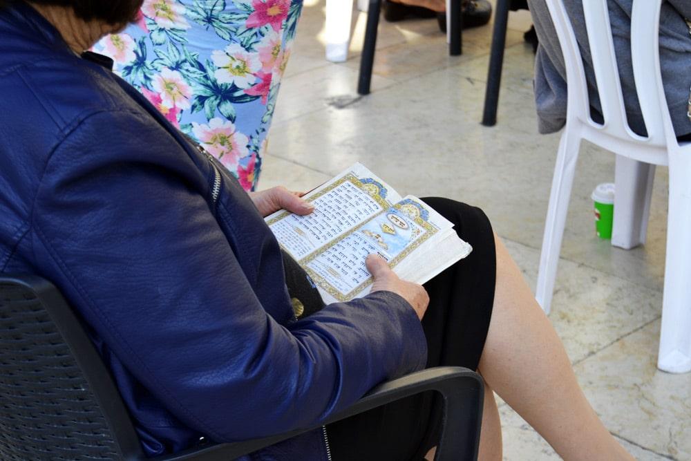 Jerusalem Frau liest Thora an der Klagemauer