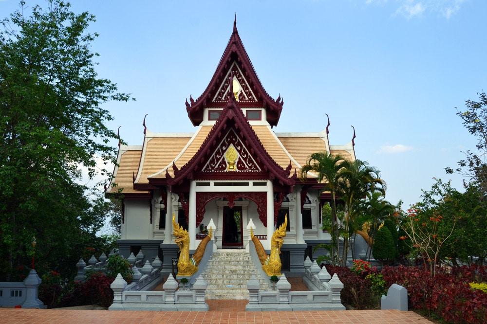 Phra Borommathat Chedi und Wat Santikhiri Tempel in Chiang Rai, Thailand