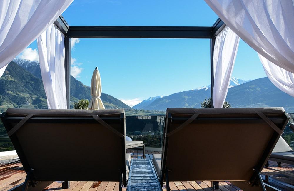 la maiena meran resort: Hoteltest und Erfahrungsbericht - Infinity Pool und Liegen
