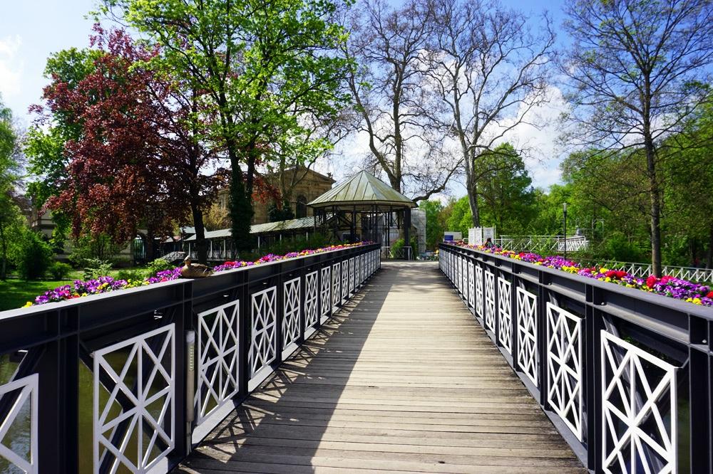 Sport- und Wellnesswochenende in Bad Kissingen: Kurgarten mit blühenden Blumen - Arkadensteg