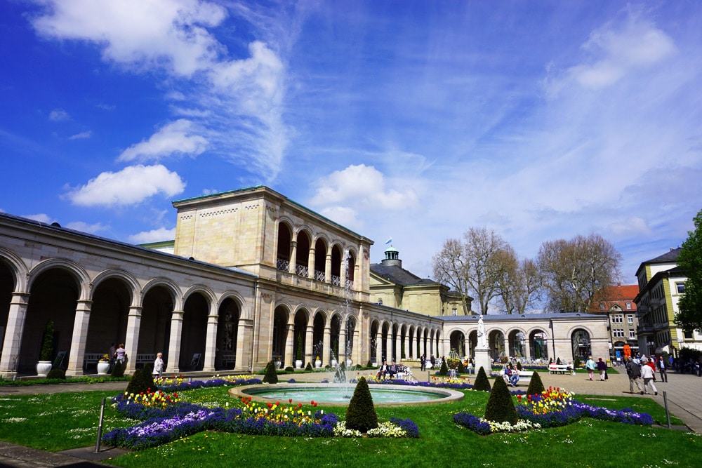 Sport- und Wellnesswochenende in Bad Kissingen: Kurgarten mit blühenden Blumen