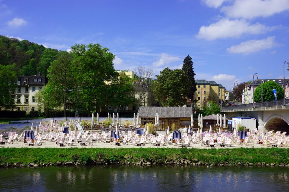Sport- und Wellnesswochenende in Bad Kissingen: Ausblick von der Ludwigsbrücke auf den Luitpoldpark - Strandbar
