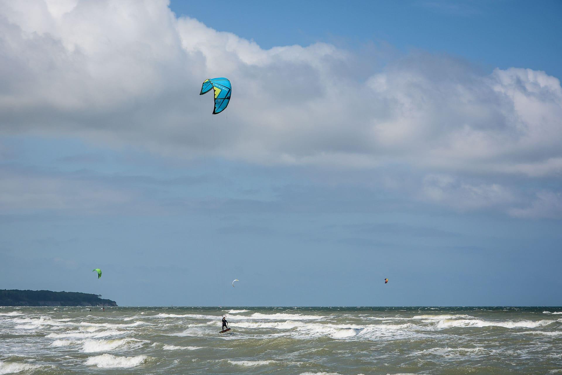 Ostsee: Kitesurfen am Ostseestrand in Rostock Warnemünde - Mecklenburg Vorpommern