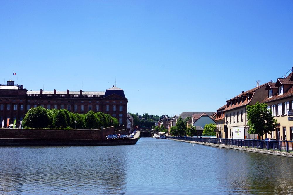 Vogesenmassiv: Schloss und Hafen in Saverne