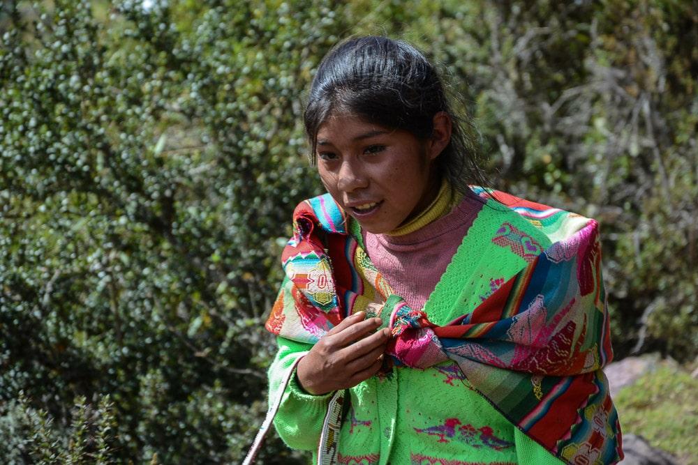 Lares Trek nach Machu Picchu: Tag 1 Trekking in Peru Inka Mädchen