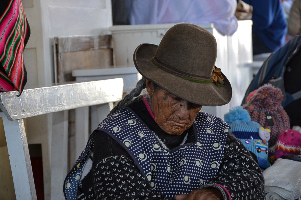 Peru: Alte Frau auf dem Markt von Cusco