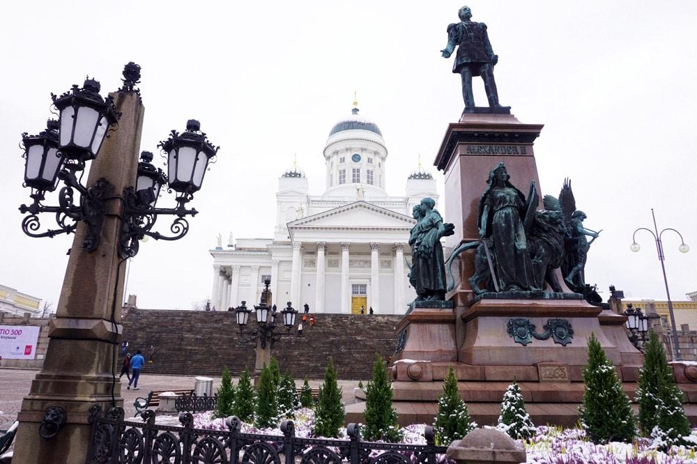 Der Dom von Helsinki ist eine evangelische Kirche, die direkt am schönen Senatsplatz