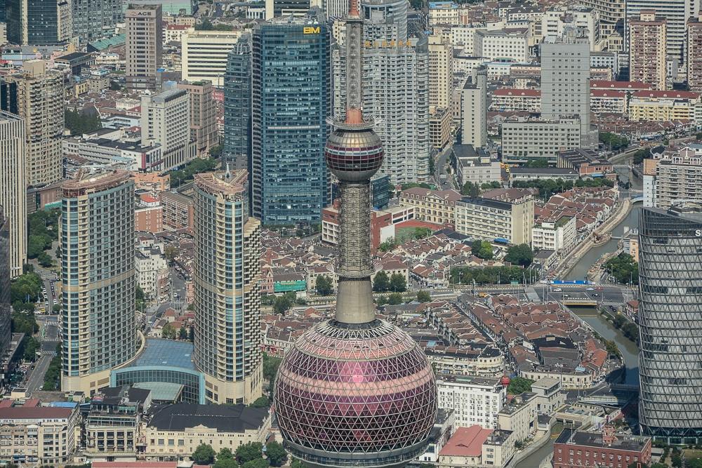 Shanghai: Ausblick vom Shanghai Tower auf den Oriental Pearl Tower