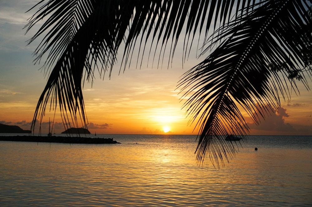 Martinique Sundowner: Cocktail am Strand zum Sonnenuntergang