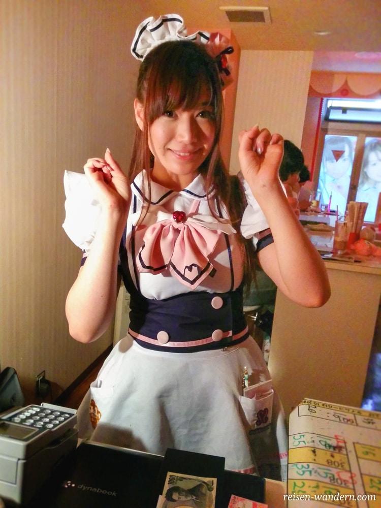 Akihabara in Tokio: Sehenswürdigkeiten und Things to do - Maid an einer Kasse in einem Maidcafe