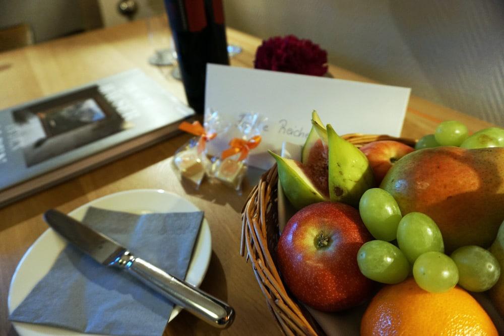 Hotel Bachmair Weissach - Wellnesshotel am Tegernsee - Doppelzimmer mit Obstkorb