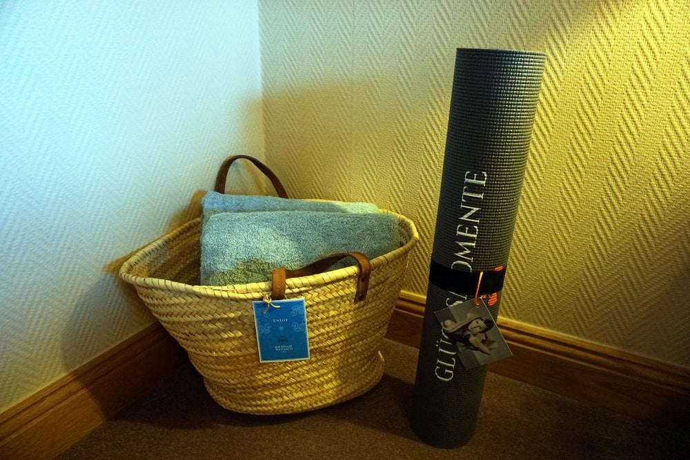 Hotel Bachmair Weissach - Wellnesshotel am Tegernsee - Yogamatte im Zimmer für den Yoga Kurs