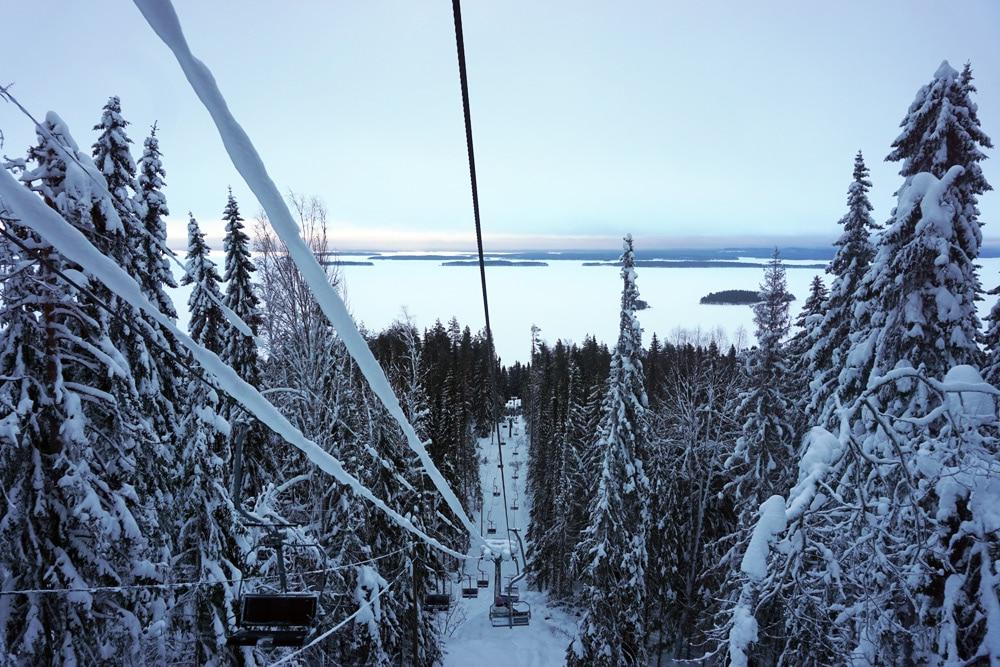 Skifahren im Skigebiet Koli in Nordkarelien, Finnland - Ausblick auf den See im Koli Nationalpark