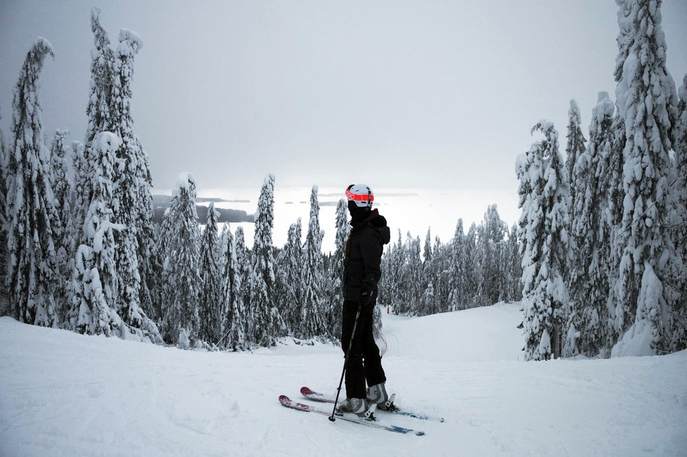 Skifahren im Skigebiet Koli in Nordkarelien, Finnland