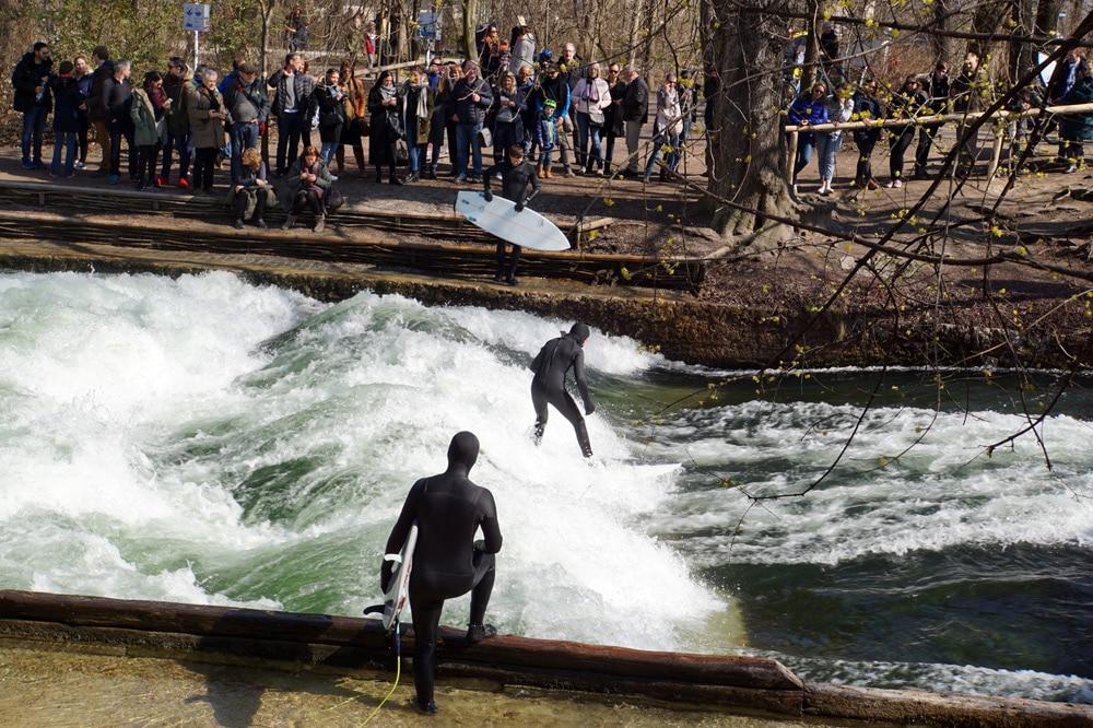 München Geheimtipps: Surfer an der Eisbachwelle