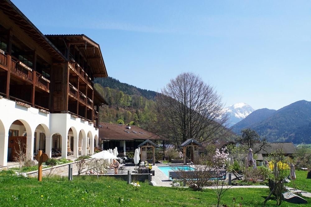 Berghotel Rehlegg in Ramsau bei Berchtesgaden: Außenpool mit Blick auf die Berge