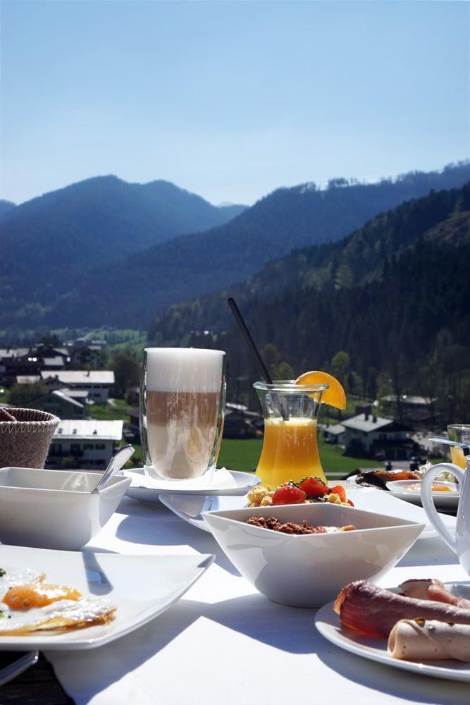 Berghotel Rehlegg Erfahrungen: Frühstück auf der Sonnenterrasse