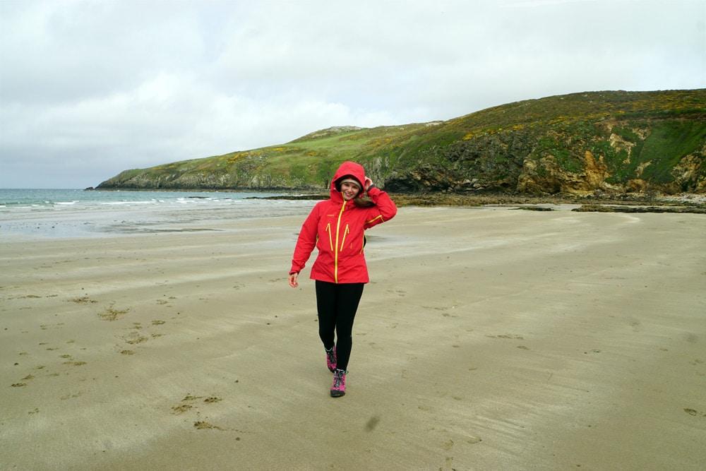 Wandern auf dem Anglesey Coastal Path im Norden von Wales - Church Bay Beach