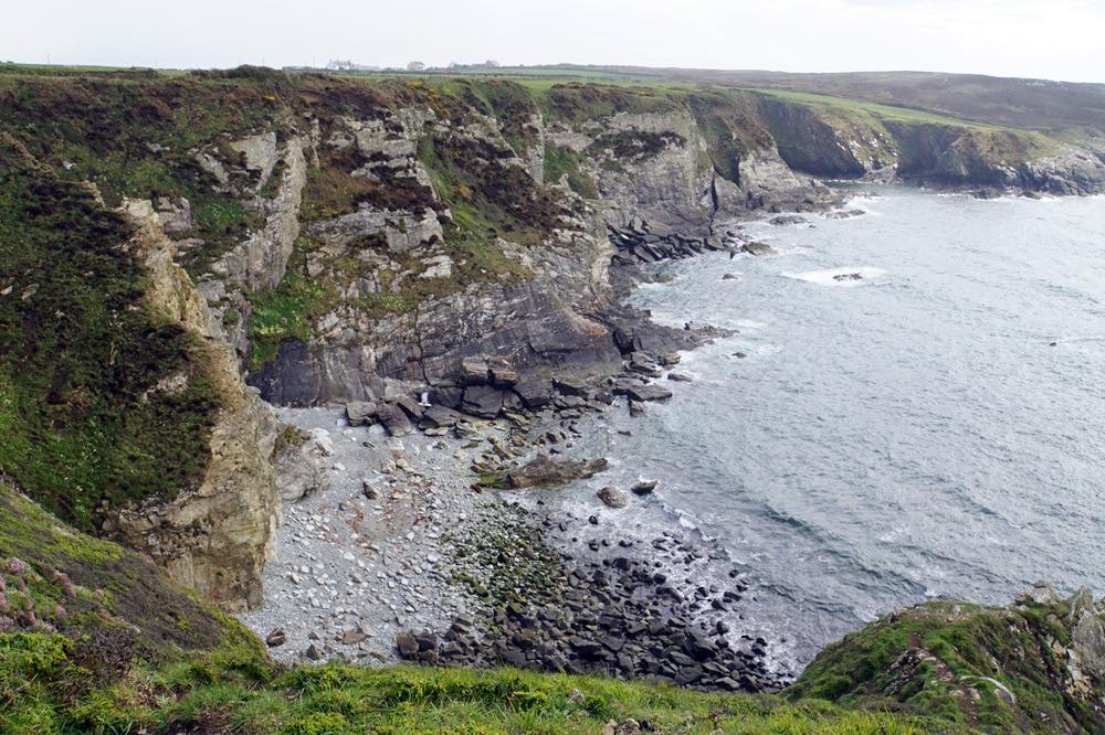 Wandern auf dem Anglesey Coastal Path im Norden von Wales