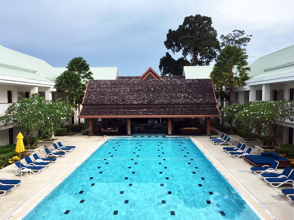 Thanyapura Health and Sports Resort Phuket - Pool mit Liegen