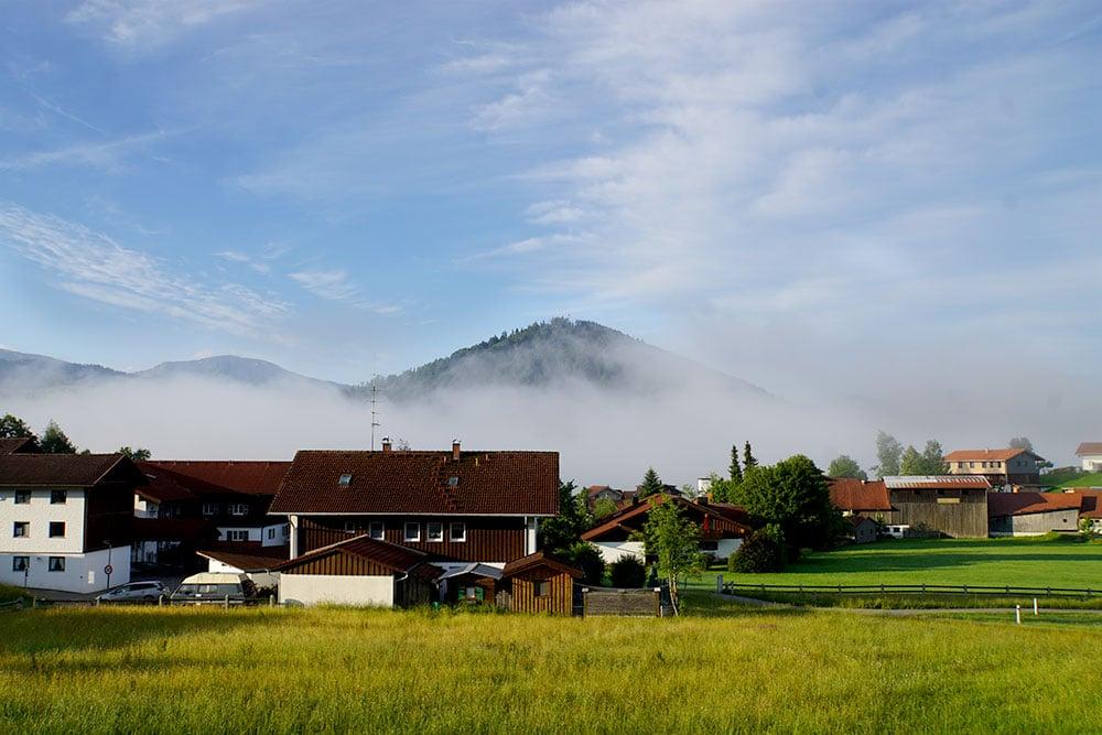 Haubers Naturresort: Meine Erfahrungen im Wellnesshotel im Allgäu - Themenzimmer Meerau im Gutshof, Ausblick vom Panoramabalkon