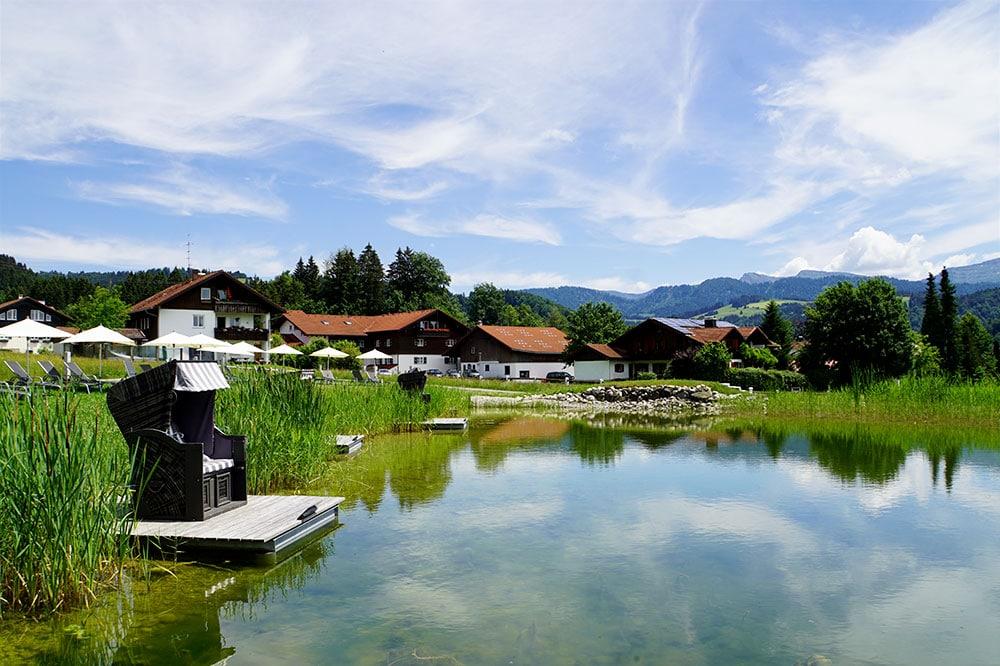 Haubers Naturresort: Meine Erfahrungen im Wellnesshotel im Allgäu - Strandkorb am Natursee
