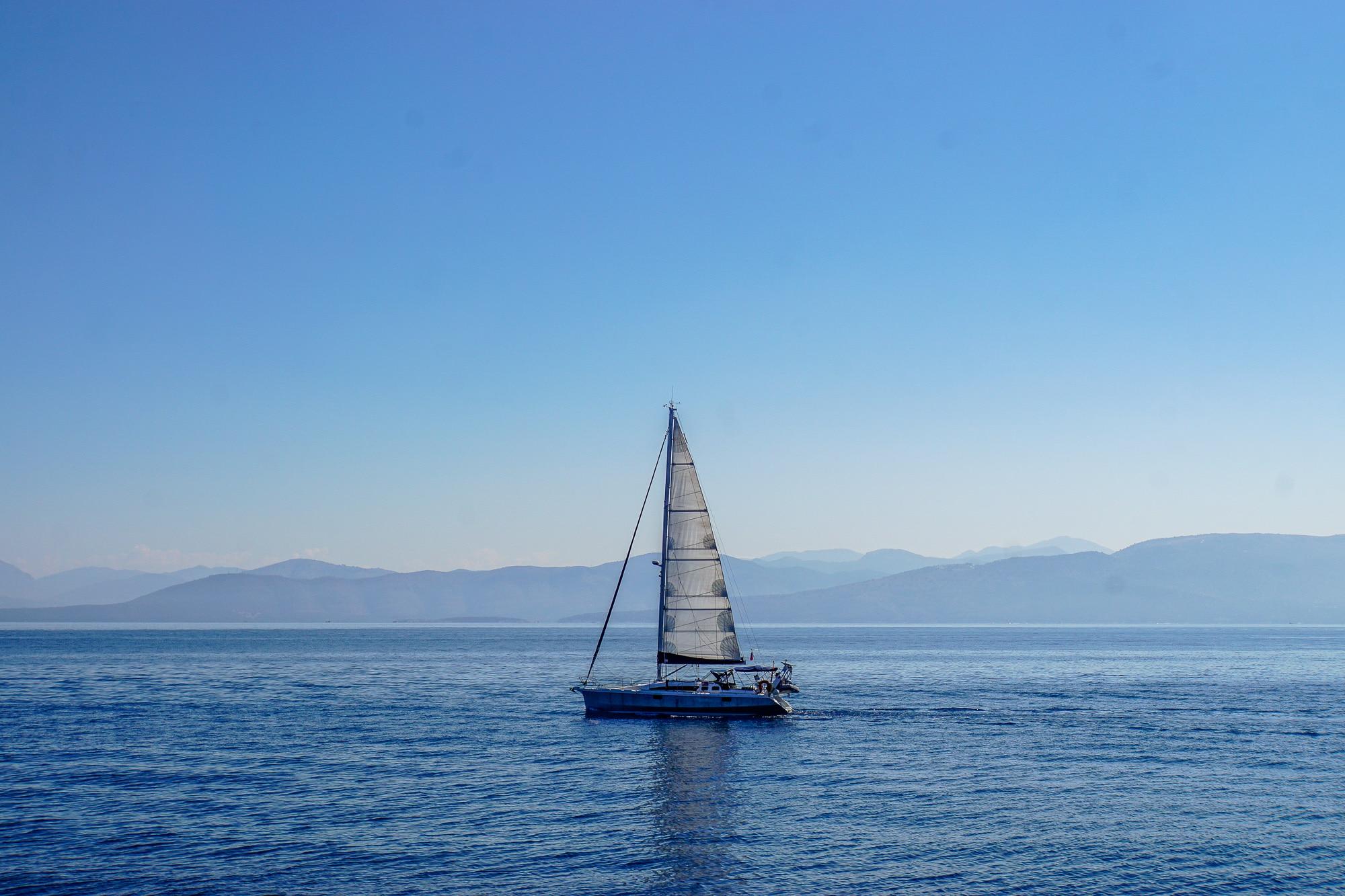 Träumt ihr auch vom Segeln lernen? Ich habe einen VDWS Katamaran Grundkurs mit Frosch Sportreisen auf Korfu belegt. Meine Erfahrungen beim CAT-Segeln.