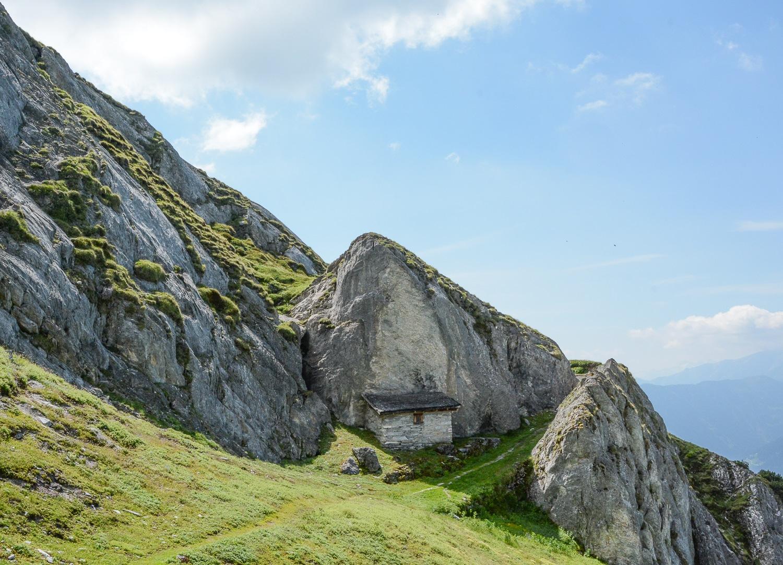 Flims und Laax, Bündner Berge: Wandern, Mountainbiken und Seen in der Schweiz - Alp Mora Gletschermühlen