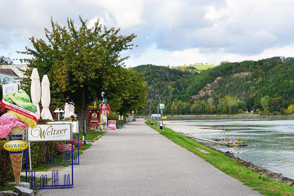 Donauradweg: Oberösterreich mit dem Fahrrad entlang der Donau entdecken - Eis im Café Welzer