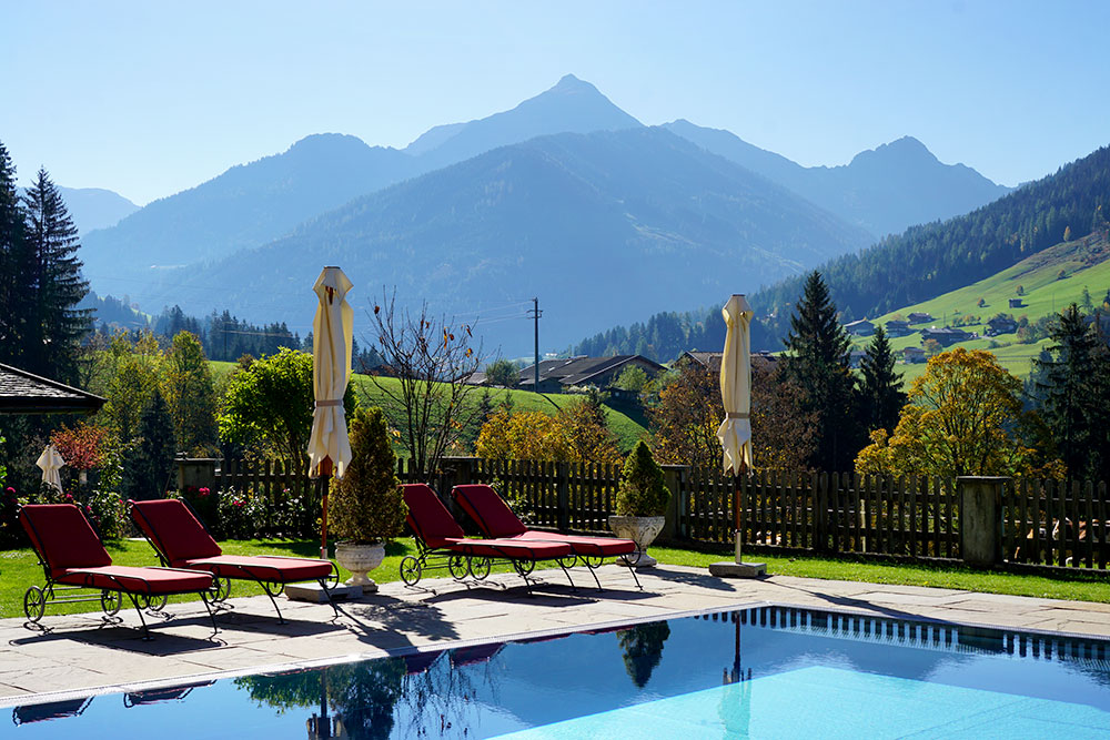 Hotel der Alpbacherhof: Meine Erfahrungen mit dem Wellnesshotel in Alpbach, Tirol - Außenpool mit Bergblick