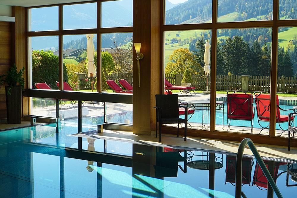 Hotel der Alpbacherhof: Meine Erfahrungen mit dem Wellnesshotel in Alpbach, Tirol - Außenpool und Innenpool mit Bergblick