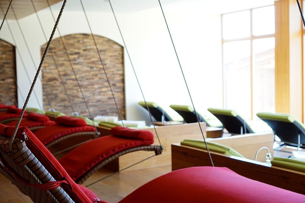 Hotel der Alpbacherhof: Meine Erfahrungen mit dem Wellnesshotel in Alpbach, Tirol - Ruheraum mit Schwebeliegen
