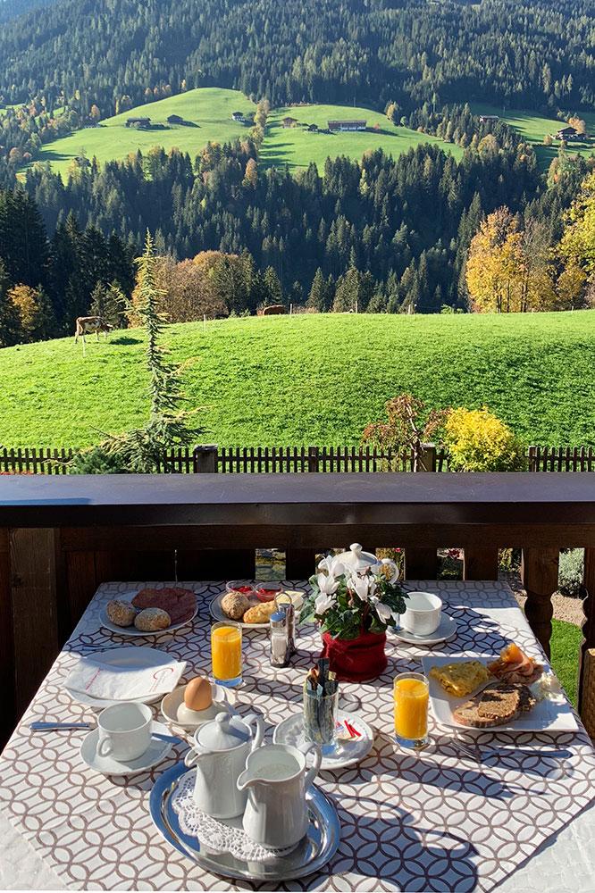 Hotel der Alpbacherhof: Meine Erfahrungen mit dem Wellnesshotel in Alpbach, Tirol - Sonnenterrasse Frühstück