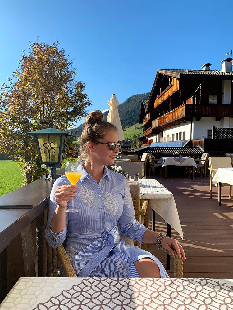 Hotel der Alpbacherhof: Meine Erfahrungen mit dem Wellnesshotel in Alpbach, Tirol - Sonnenterrasse Nachmittagsjause