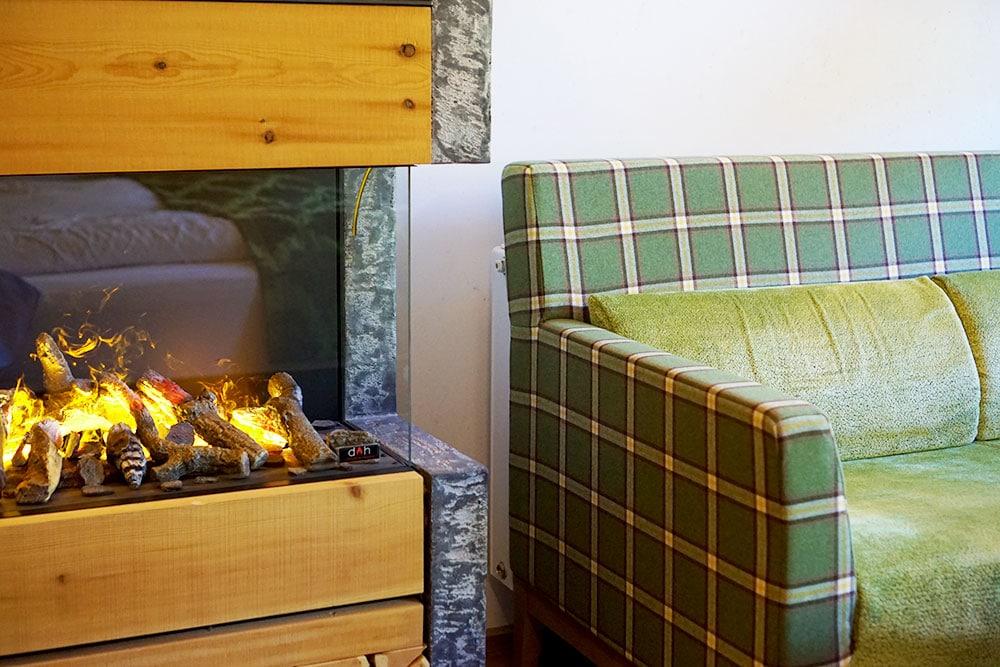 Hotel der Alpbacherhof: Meine Erfahrungen mit dem Wellnesshotel in Alpbach, Tirol. - Doppelzimmer mit Zirbenholz, Kamin und offenem Badezimmer