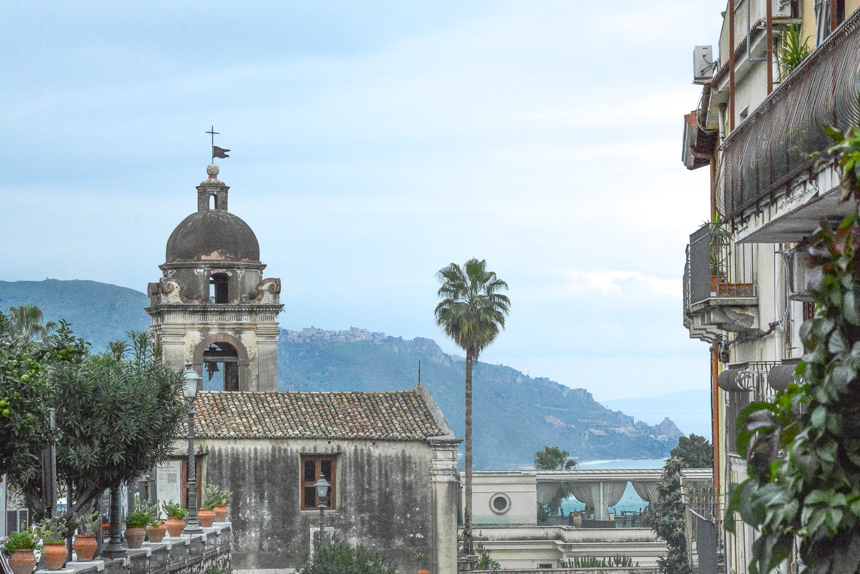 Taormina in Sizilien: Alte Kirche mit Glockenturm