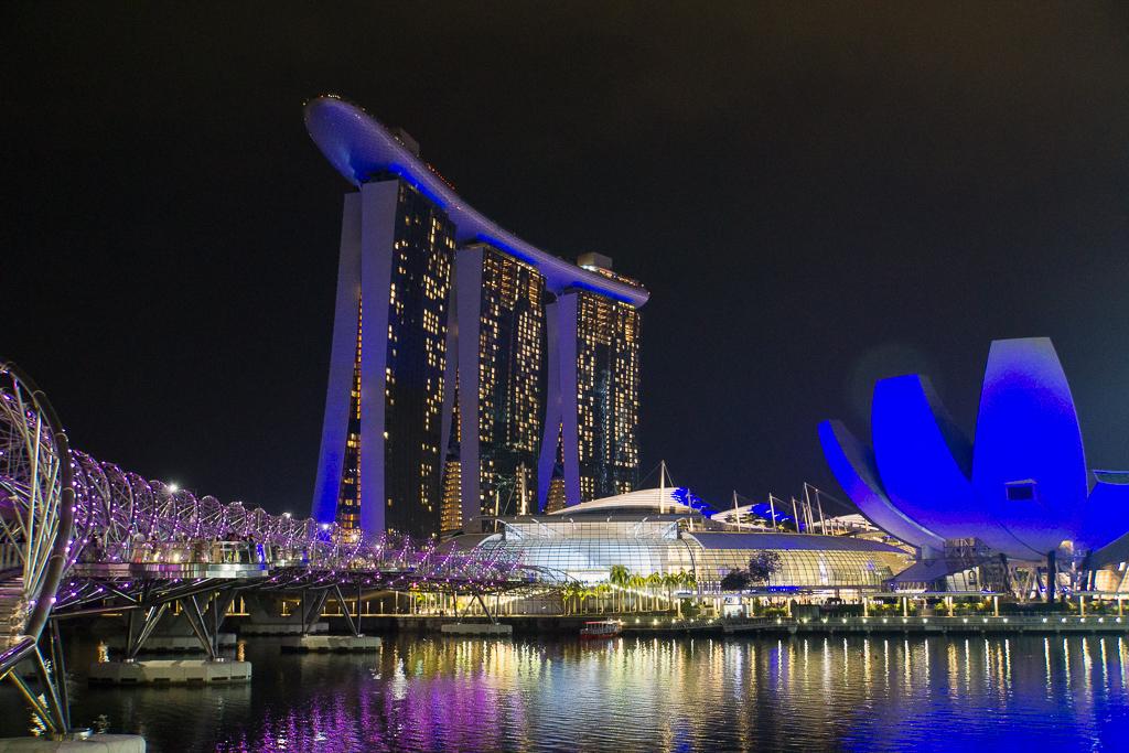 Marina Bay Sands und Helix Brücke bei Nacht