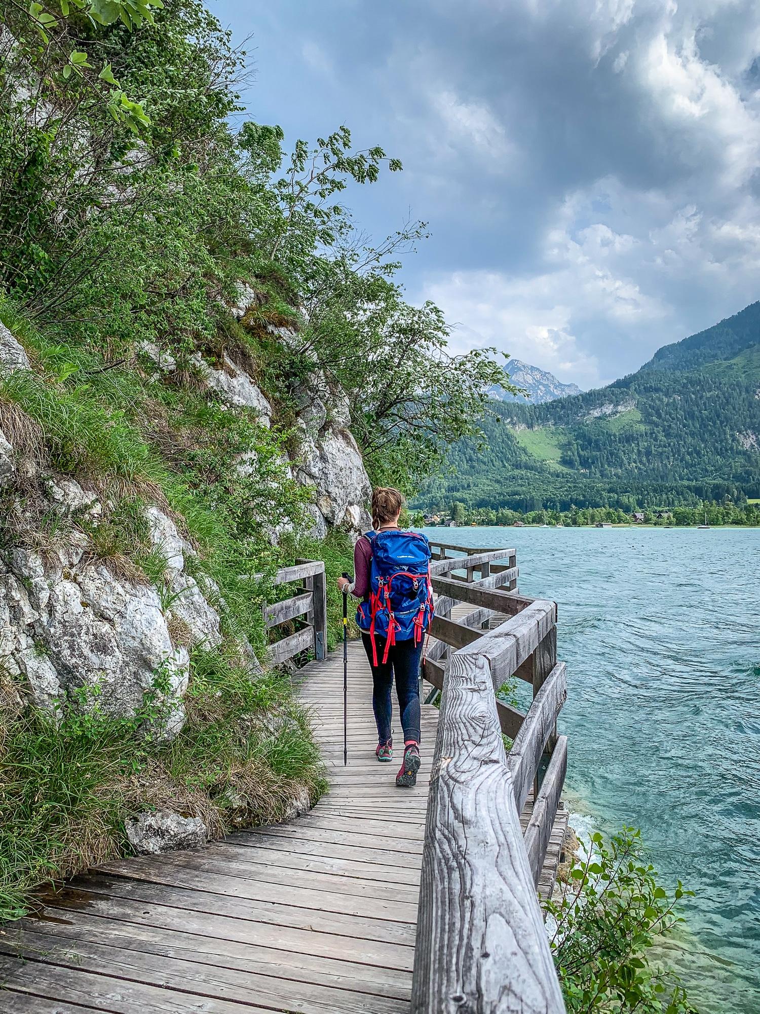 """Für ambitionierte Wanderer gibt es neben den klassischen Etappen auch alpine Etappen zu bezwingen. Hier geht es durch das Fels- und Gletscherreich des Dachsteins, das Höllengebirge und das tote Gebirge. Für diese Variante des Salzkammergut BergeSeen Trail solltet ihr allerdings alpine Erfahrung und eine solide Ausrüstung mitbringen. Achtet unbedingt auch darauf, dass einige der Etappen als """"schwarz"""" gekennzeichnet und somit nur für erfahrene Bergsteiger geeignet sind."""