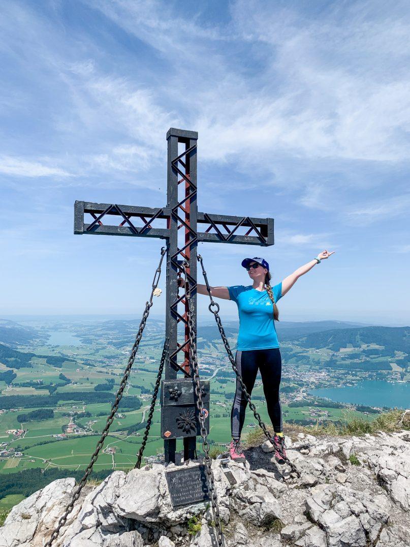 BergeSeen Trail: Erfahrungen auf der Weitwanderung im Salzkammergut - Etappe 5, Schober Ausblick vom Gipfel und Gipfelkreuz