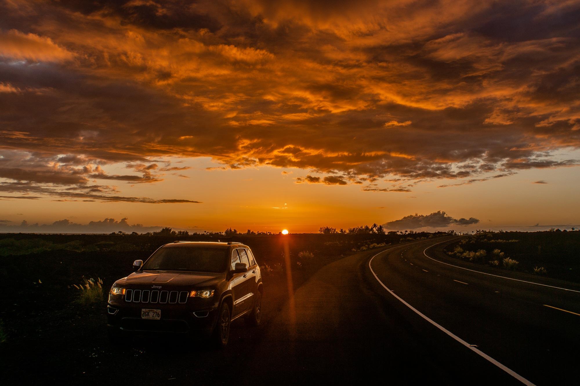 Top 10 Big Island Sehenswürdigkeiten: Tipps für einen Roadtrip auf Hawaii - Mietwagen im Sonnenuntergang