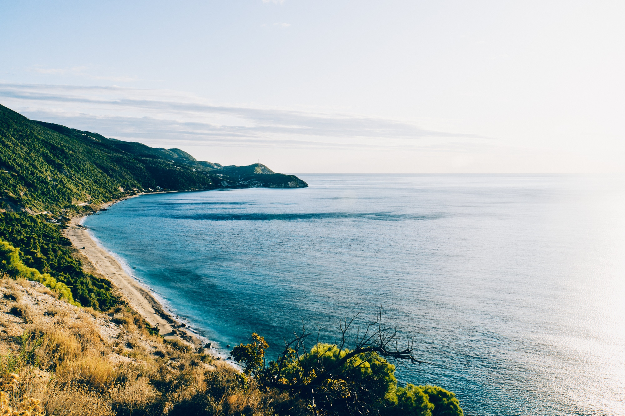 Lefkada: Aussicht auf den Pefkoulia Beach zum Sonnenuntergang