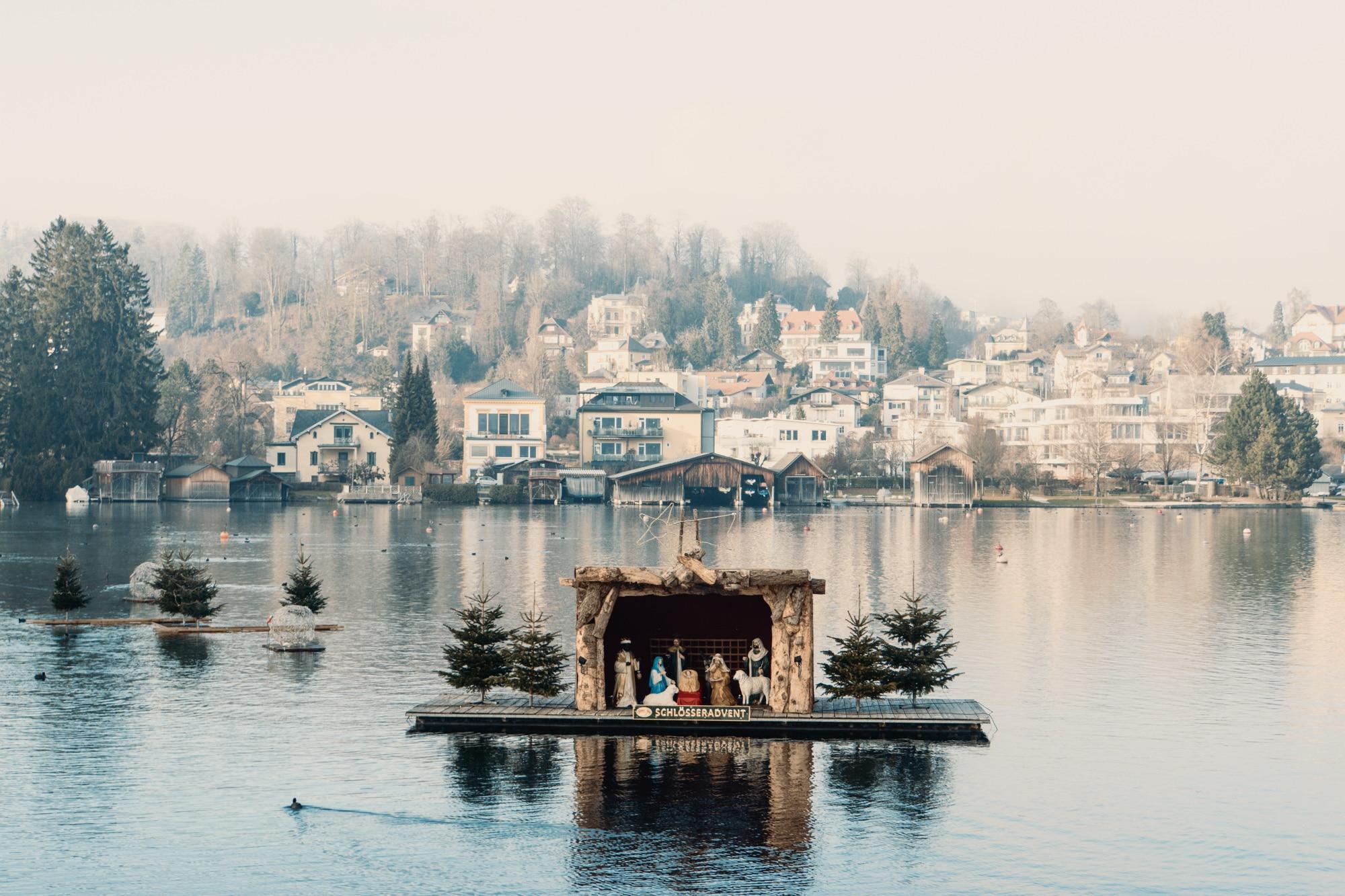 Advent im Salzkammergut: Die schönsten Weihnachtsmärkte der Region - Schlösseradvent Traunsee-Almtal schwimmende Krippe