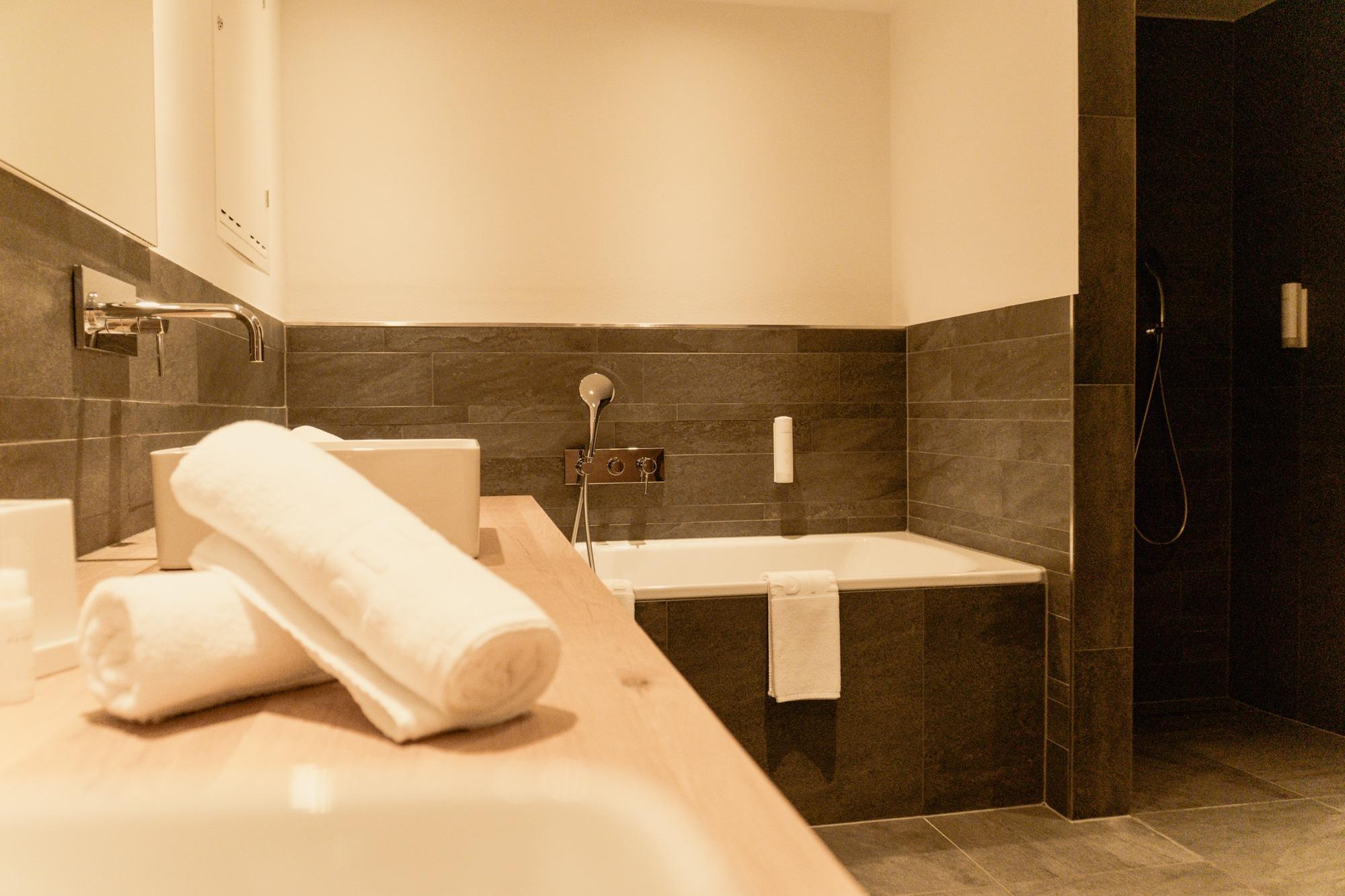 Puradies Leogang: Das Wellnesshotel und Skihotel direkt an der Piste - Badezimmer Suite