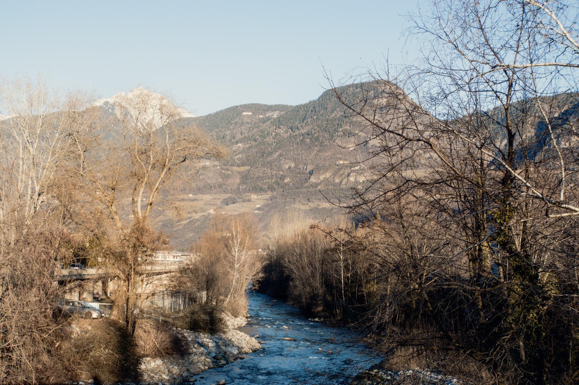 Lana, Südtirol: Winterurlaub mit Skifahren, Wellness und leckerem Essen - Fluss