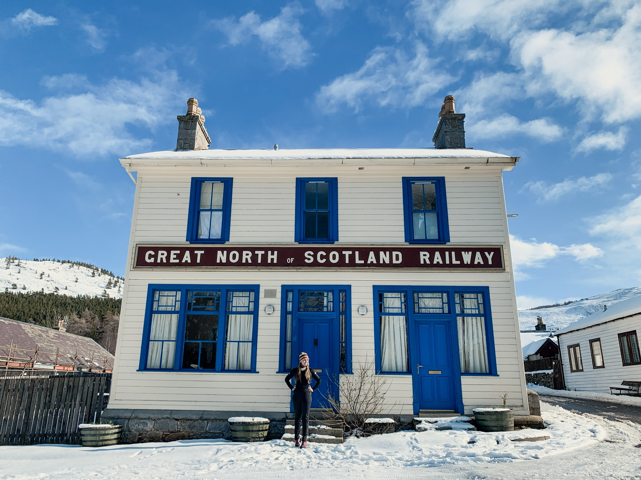 Cairngorms Nationalpark: Die SnowRoads Scenic Route in den Highlands - Bahnhof in Braemar