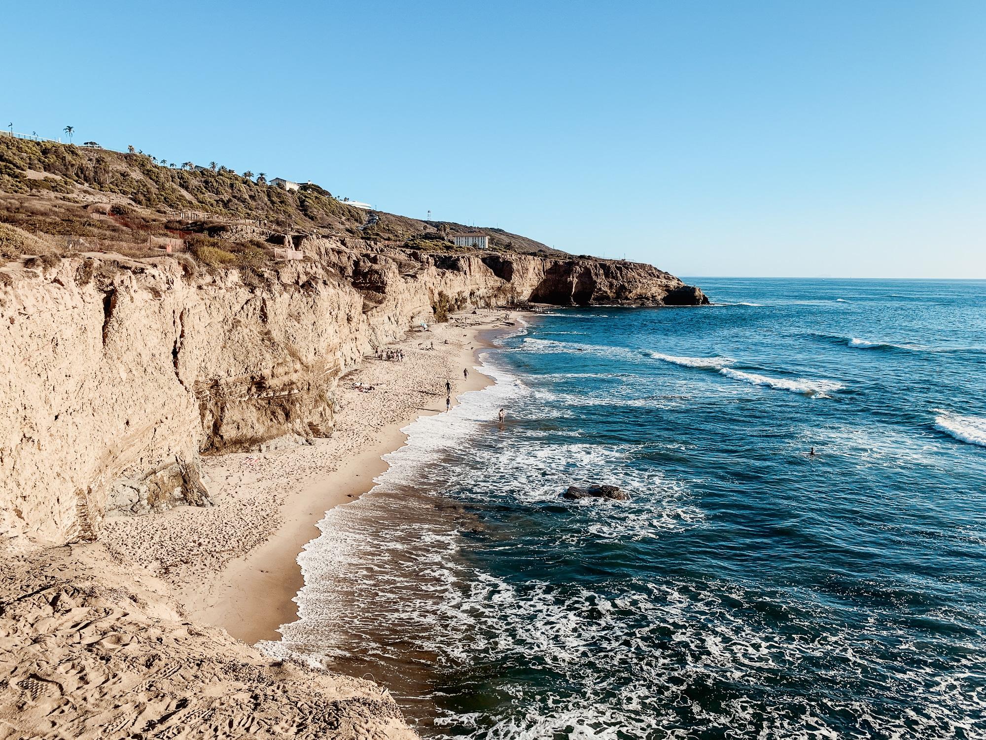 Zu den San Diego Sehenswürdigkeiten zählen auch die Sunset Cliffs. Mit dem Auto seid ihr vom Zentrum aus über die N Harbor Dr Road normalerweise in maximal einer Viertelstunde dort. Wie der Name schon sagt, könnt ihr hier einen traumhaften Sonnenuntergang erleben. Aber auch tagsüber kommen viele Einheimische und Urlauber her, um den einmaligen Ausblick auf die Brandung des Pazifiks zu genießen. Die wunderschöne und ein wenig wilde Landschaft bietet wirklich ein tolles Naturerlebnis.