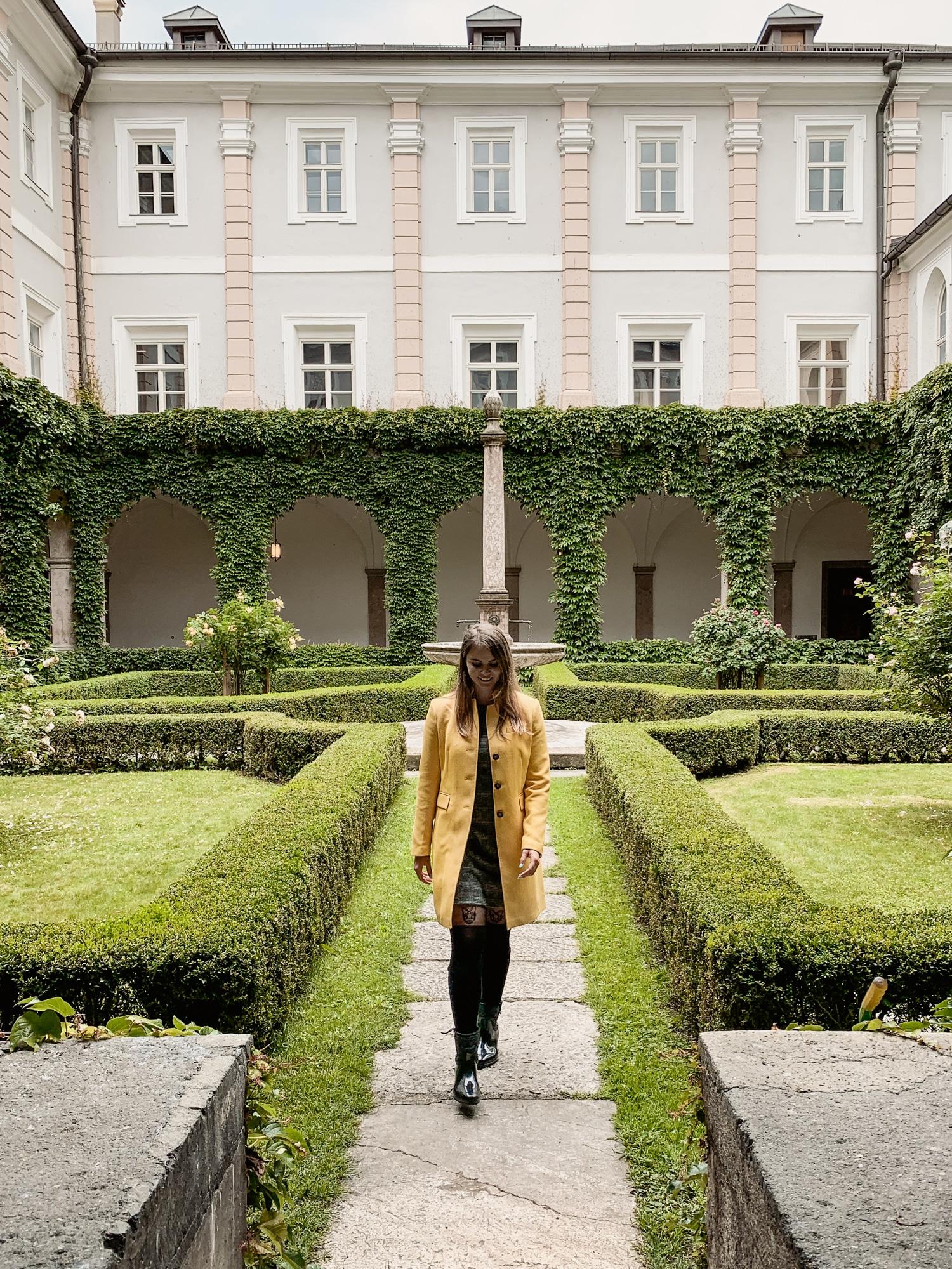 Innsbruck Sehenswürdigkeiten: Top Ten Highlights und Tipps für die Stadt - Klostergarten Franziskaner Kloster Kreuzgang