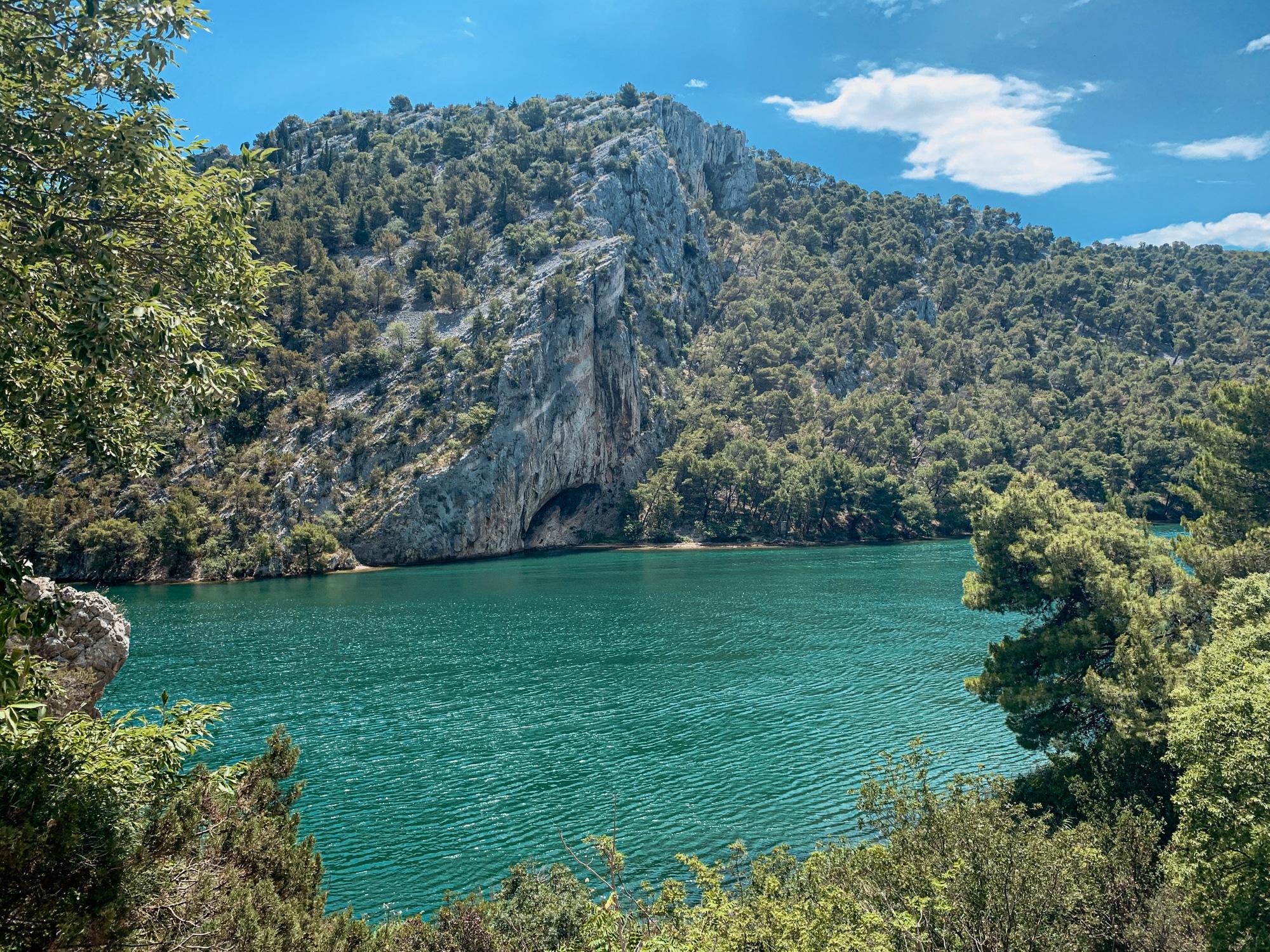 Krka Nationalpark: Tipps, Sehenswürdigkeiten und die Highlights im Park - Höhlen in der Schlucht