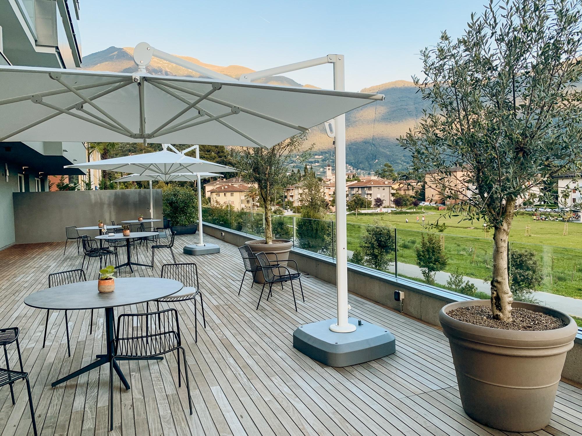 Hoody Hotel: Meine Erfahrungen im Gardasee Active & Happiness Hotel - Terrasse